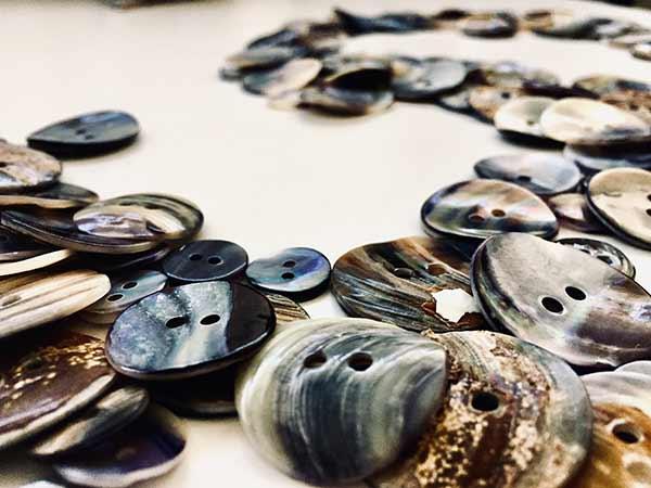 bottoni-madreperla-naturale-colorati-di-grigio